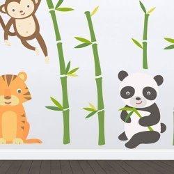 Adesivo de parede infantil ursinho panda na floresta de bambu